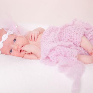 Neugeborenenfotografie in Nordhackstedt: Ein kleiner Mensch zu Besuch im Studio