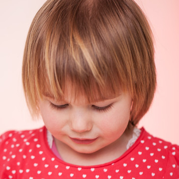 Kinderfotografie in Nordfriesland – Ein Sommerkind mit Erdbeerzauber