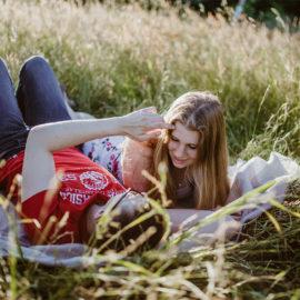 Paarfotos in Nordfriesland – Fotoshooting auf Feld und Wiesen